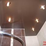 глянцевые натяжные потолки в ванной со светильниками